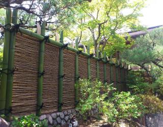 雅な雰囲気を楽しむ竹枝離宮垣