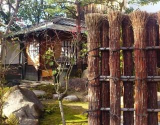 黒文字の竹垣