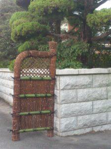 黒文字の玉袖垣