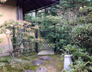 青竹の四ツ目垣・枝折戸で新年を迎える準備を