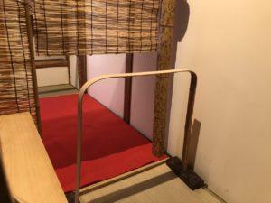 移動式の竹の茶室躙口